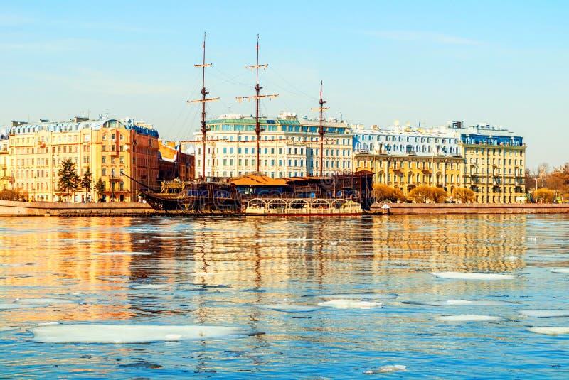 Mytninskayadijk en stadsgebouwen langs de Neva-rivier in St. Petersburg, Rusland Het landschap van de de lentestad royalty-vrije stock foto's