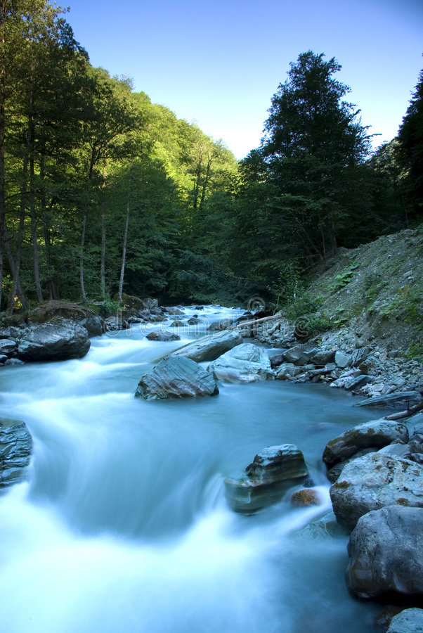 Mzymta Fluss in Krasnaya Polyana stockfotos