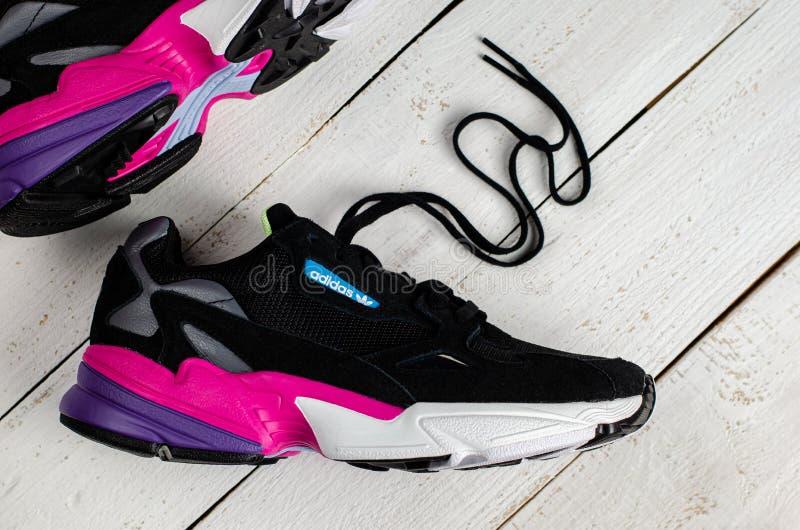 Nápoles,Campânia/Itália- outubro26, 2019: Sapatos Falcônicos de Mulheres Originais de Adidas Colunas coloridas de tendência Diret imagem de stock royalty free