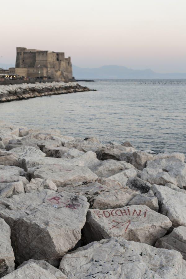 Nápoles, castillo, ovo del ` del dell de Castel por el mar fotos de archivo
