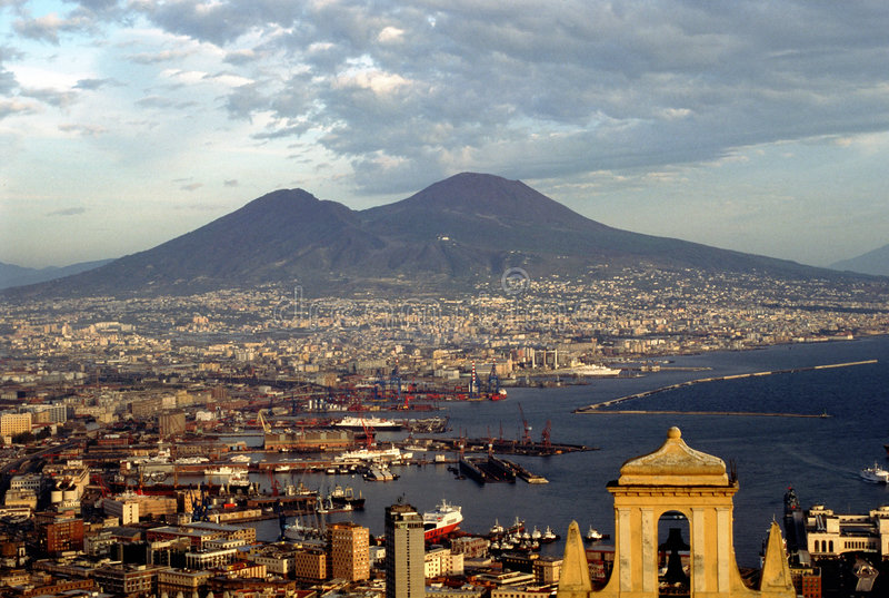 Nápoles e montagem o Vesúvio foto de stock royalty free