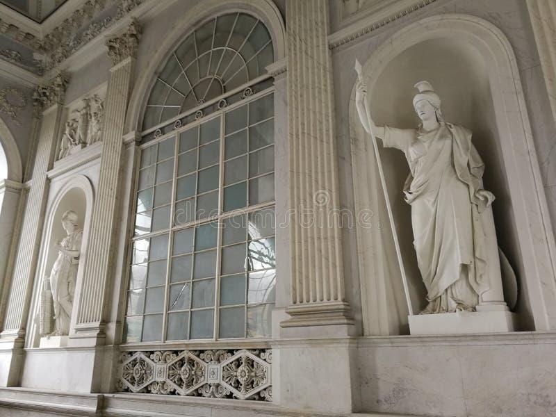 Nápoles - estatuas de la escalera magnífica de Royal Palace foto de archivo