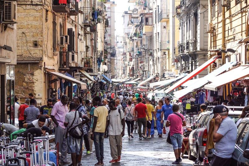 NÁPOLES, ITALIA - 22 DE AGOSTO: Mercado de Porta Nolana en Nápoles el 22 de agosto de 2017 Gente local que hace compras en la cal imagen de archivo libre de regalías