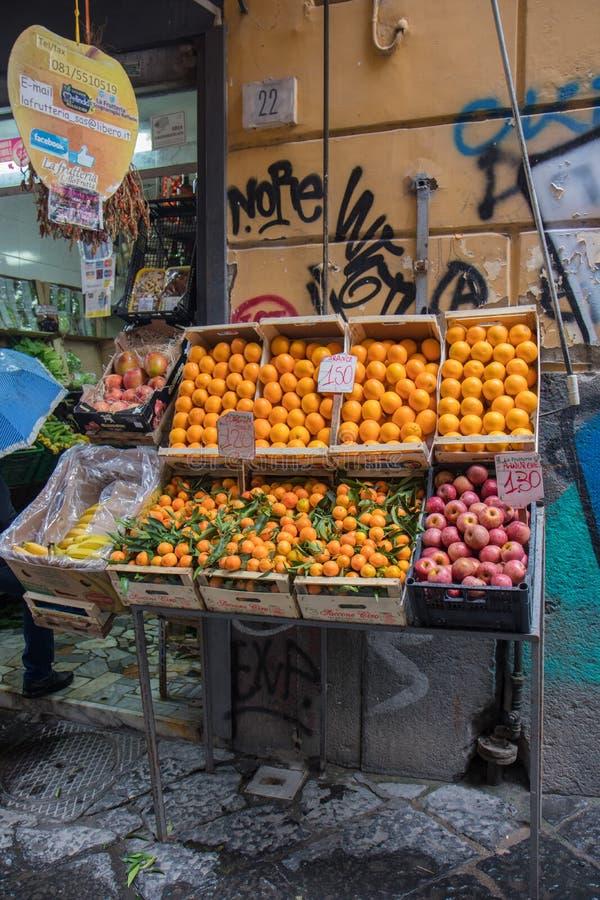 NÁPOLES, ITALIA - 4 de noviembre de 2018 Diversas verduras y fruta en un contador imágenes de archivo libres de regalías