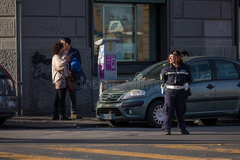NÁPOLES, ITALIA - 4 de noviembre de 2018 polis de las mujeres en la calle de Nápoles fotos de archivo