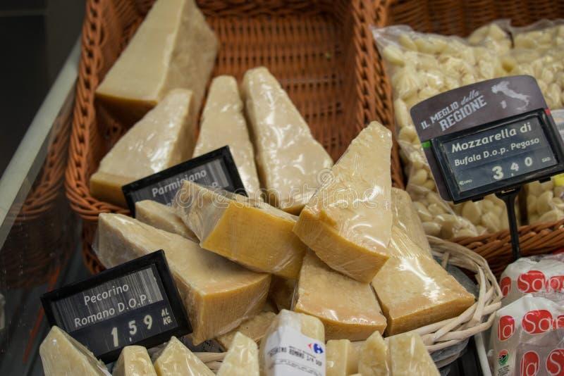 NÁPOLES, ITALIA - 4 de noviembre de 2018 Surtido ancho de queso delicioso en la exhibición de la tienda de alimentación imagen de archivo