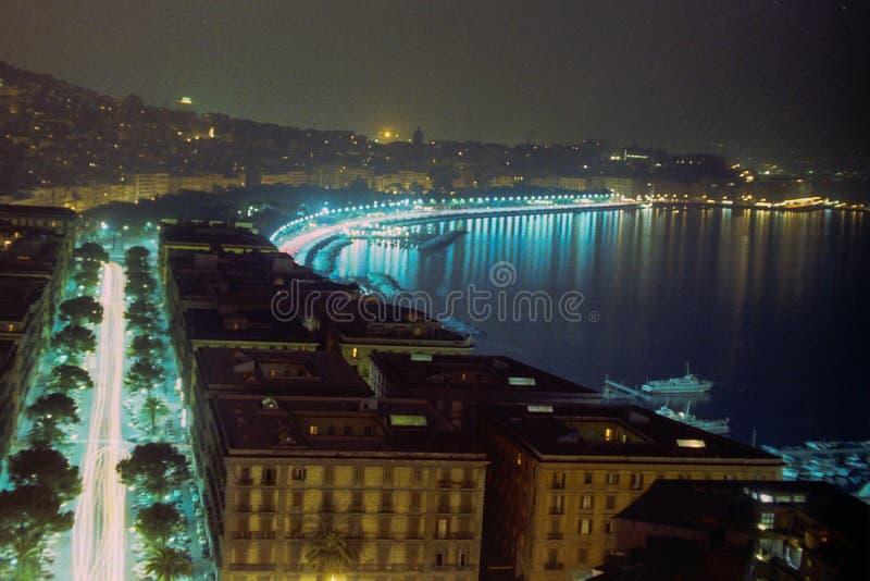 NÁPOLES, ITALIA, 1969 - vista nocturna de la costa de Nápoles de Mergellina, adelante vía Caracciolo, hasta vía Partenope fotografía de archivo libre de regalías