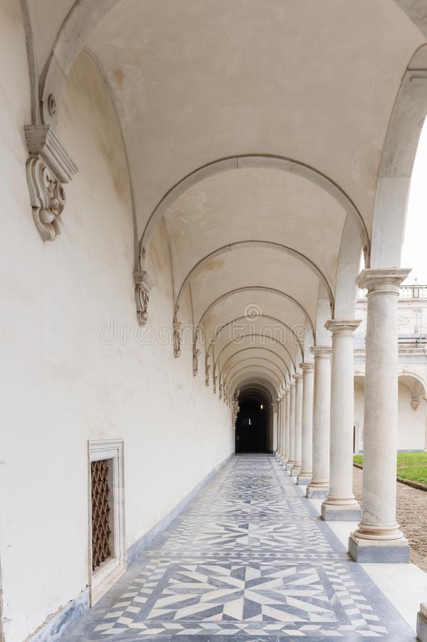 Nápoles, Italy Colunas antigas do claustro do Certosa de San Martino imagens de stock royalty free