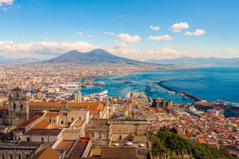 Nápoles, panorama impressionante com o Monte Vesúvio imagens de stock royalty free