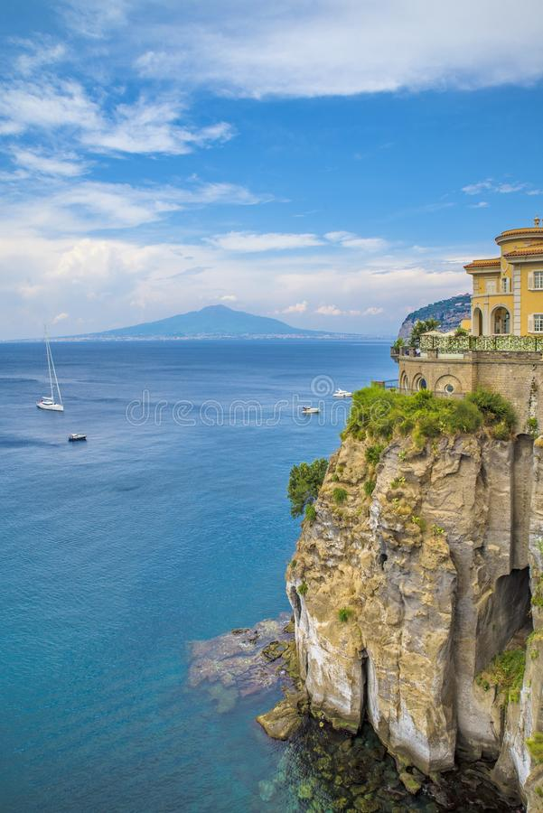 Nápoles, Sorrento Itália - 10 de agosto de 2015: Uma vista do mar com os navios e o Monte Vesúvio no fundo foto de stock