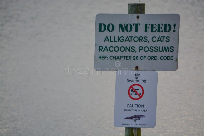 Não alimente o sinal do perigo em Kathryn Abbey Hanna Park, o Condado de Duval, Jacksonville, Florida imagem de stock