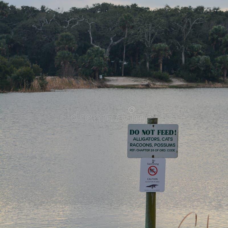 Não alimente o sinal do perigo em Kathryn Abbey Hanna Park, o Condado de Duval, Jacksonville, Florida foto de stock