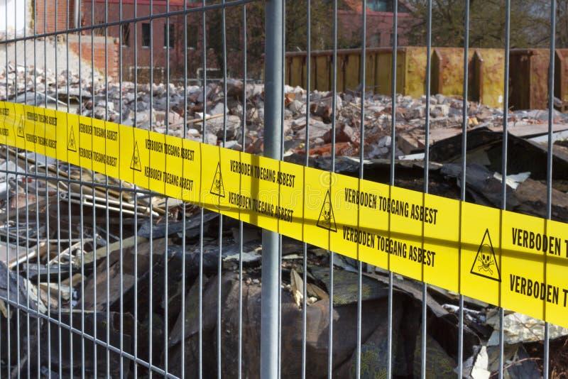 Não amarele nenhuma fita infrinjindo para o asbesto no dutch fotografia de stock royalty free