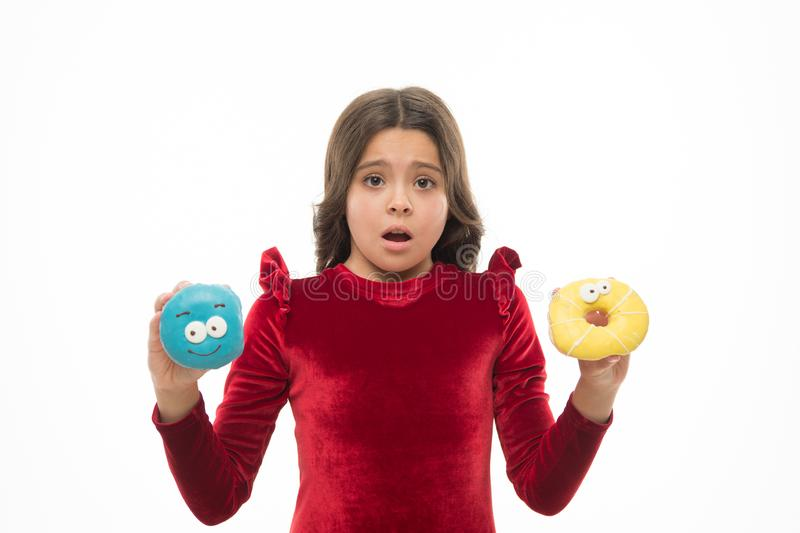 Não conheça qual para comer a primeira criança pequena na padaria da filhós Pouco criança com anéis de espuma engraçados Menina p imagens de stock