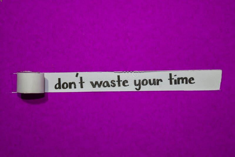 Não desperdice seu tempo, conceito da inspiração, da motivação e do negócio no papel rasgado roxo foto de stock royalty free