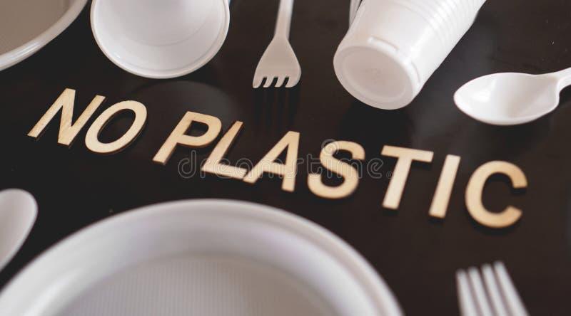 Não diga nenhuns cutelaria plástica, poluição plástica e conceito da proteção ambiental fotos de stock royalty free
