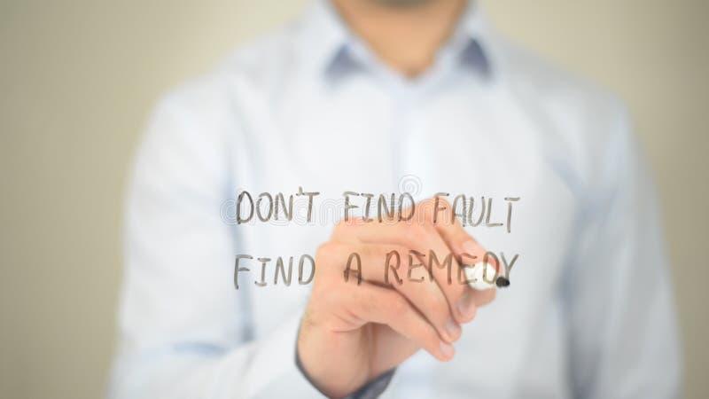 Não encontre a falha, encontram um remédio, escrita do homem na tela transparente fotos de stock