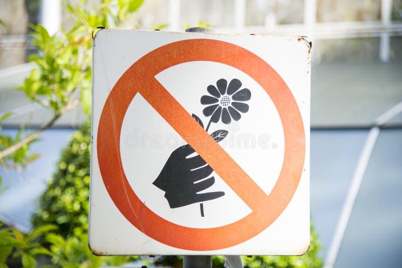 Não escolha o sinal das flores imagem de stock royalty free