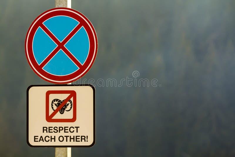 Não estacione o sinal de estrada com respeito das palavras foto de stock royalty free