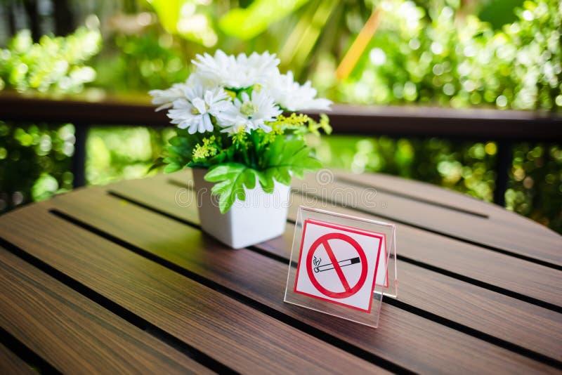 Não fumadores assine dentro o café fotos de stock