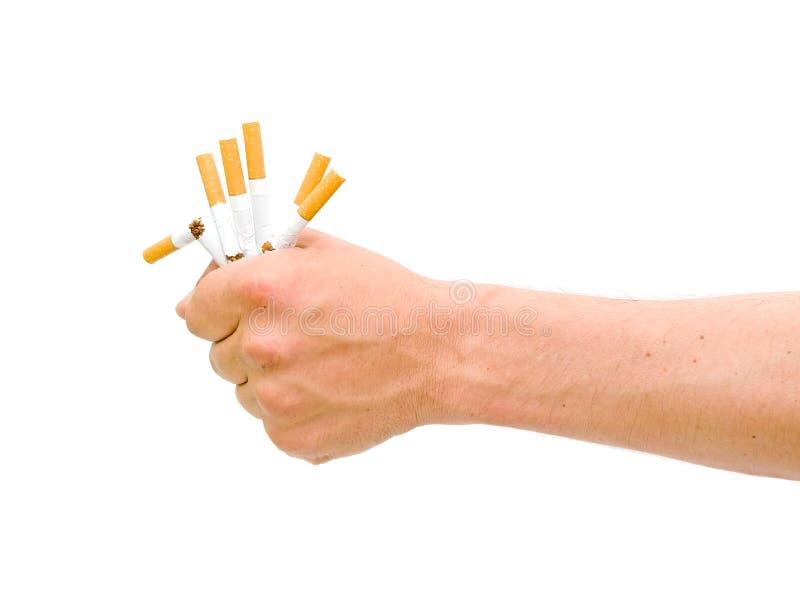 Não fumadores. Cigarro quebrado na mão dos homens. imagem de stock royalty free