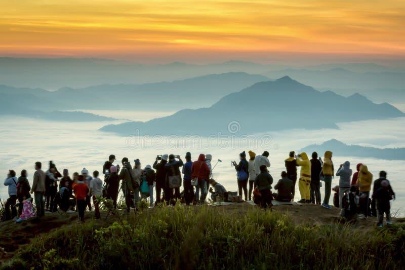Não identificado dos turistas estão apreciando no ponto de vista de fotografia de stock royalty free
