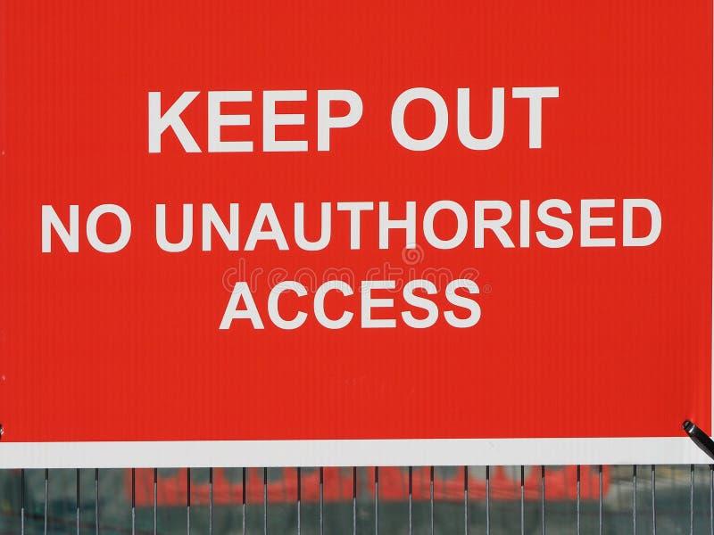 Não mantenha para fora nenhum sinal de aviso do acesso não autorizado em um canteiro de obras imagem de stock royalty free