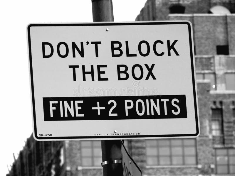 Não obstrua a rua da caixa assinam dentro Manhattan, New York City foto de stock