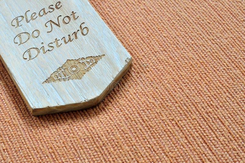 Não perturbe o sinal de madeira com espaço fotos de stock royalty free