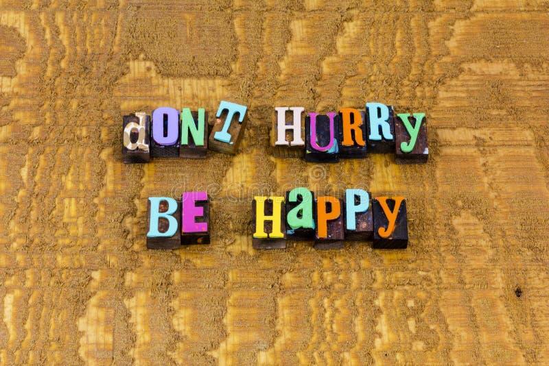 Não se apresse, se preocupe, sorria feliz atitude positiva fotos de stock royalty free