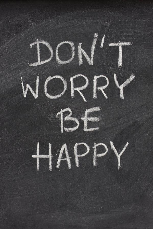 Não se preocupe seja frase feliz no quadro-negro imagem de stock