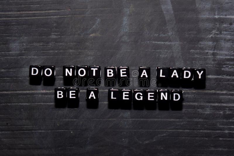 Não seja uma senhora Seja uma legenda em blocos de madeira Conceito da educa??o, da motiva??o e da inspira??o ilustração stock