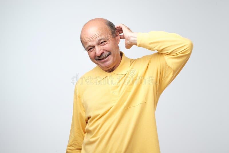 Não sure Adulto maduro na dúvida amarela do havinga do tshirt foto de stock