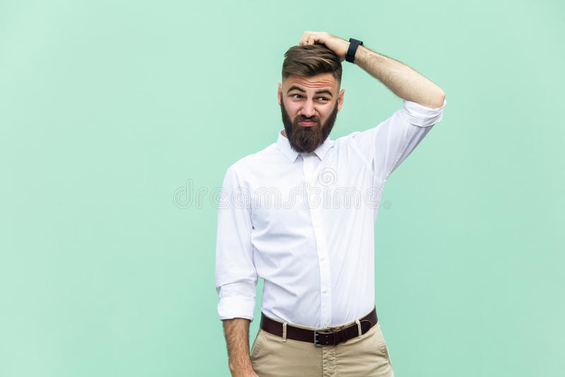 Não sure O homem de negócios adulto novo tem uma dúvida fotografia de stock royalty free