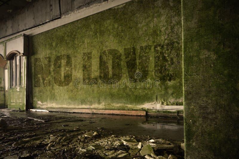 Não text nenhum amor na parede suja em uma casa arruinada abandonada imagem de stock