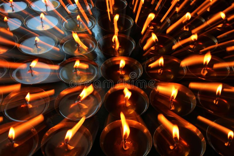 nächstenliebe Betende Kerzen in einem Kloster in Bhutan Zusammenfassung, Kerzenlicht lizenzfreie stockbilder