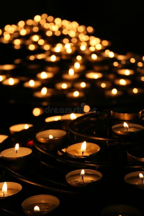 Nächstenliebe. Betende Kerzen in einem Tempel. stockfotos