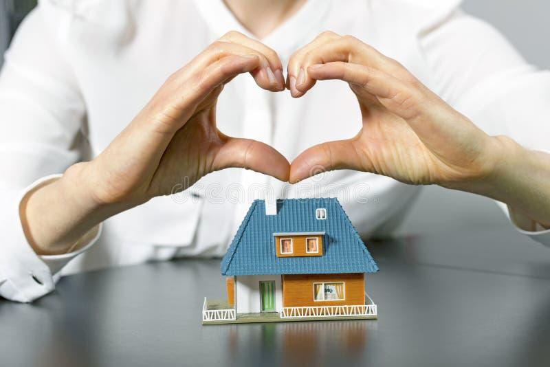 Nächstenliebe, Immobilien und Familienhauskonzept stockfoto