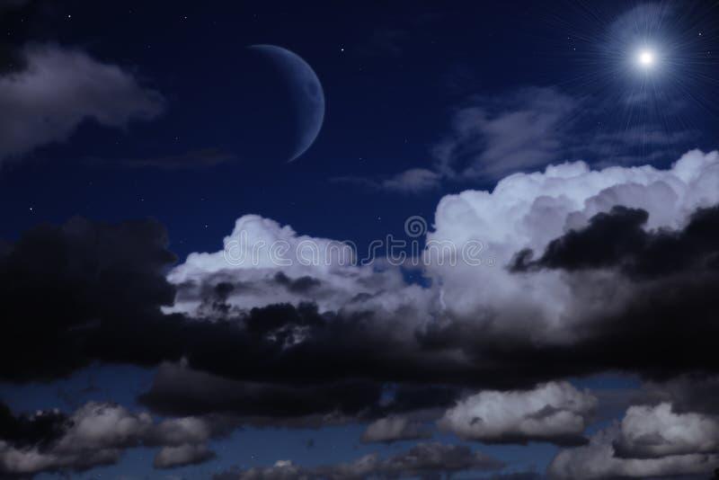 Nächtlicher Himmel mit dem Mond, den Wolken und den Sternen stockbilder
