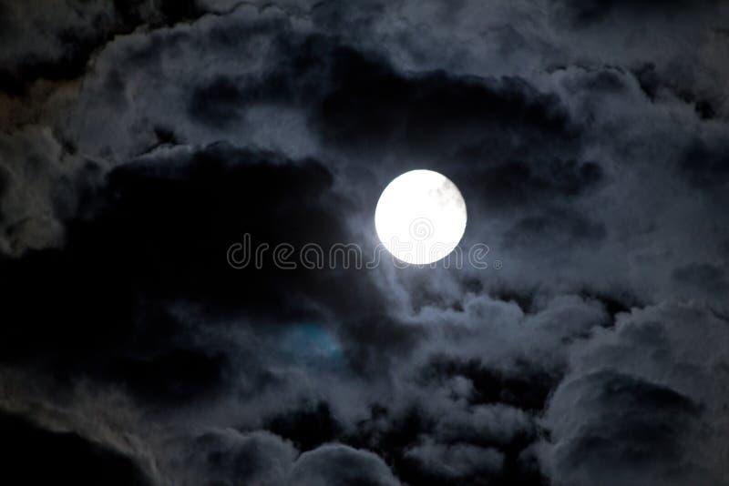 Nächtlicher Himmel mit Mond und Wolke stockfoto