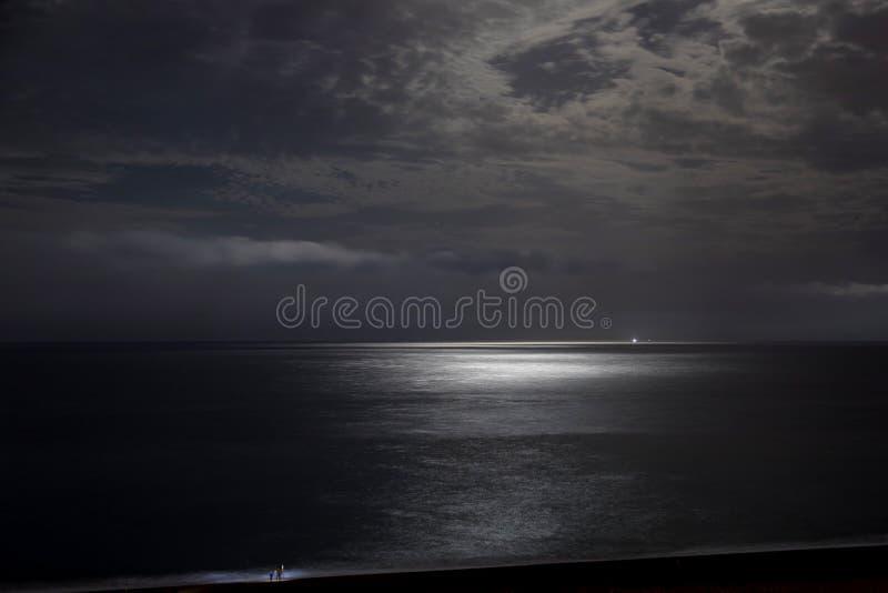 Nächtlicher Himmel mit Mondscheinwolken stockbild