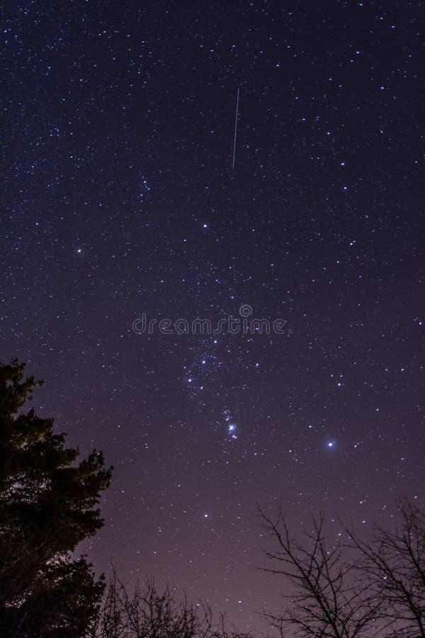Nächtlicher Himmel mit Sternen und milkyway lizenzfreie stockbilder