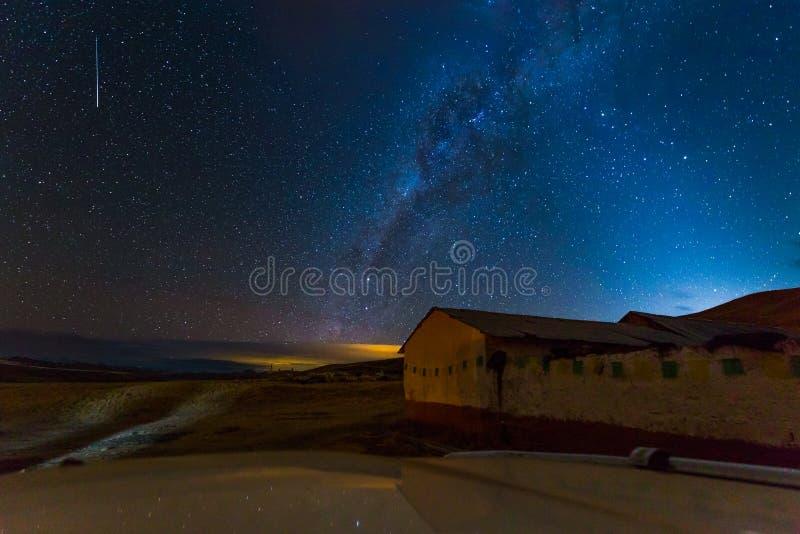 Nächtlicher Himmel spielt Milchstraßedorfhausansicht, Peru die Hauptrolle stockbild