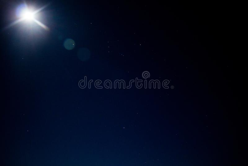Nächtlicher Himmel, Sterne und Mond stockfotografie