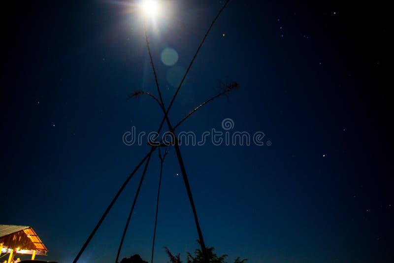 Nächtlicher Himmel, Sterne und Mond stockfotos