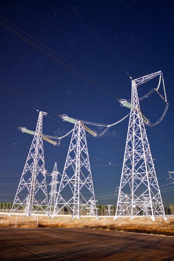 Nächtlicher Himmel und Kabel stockfotografie