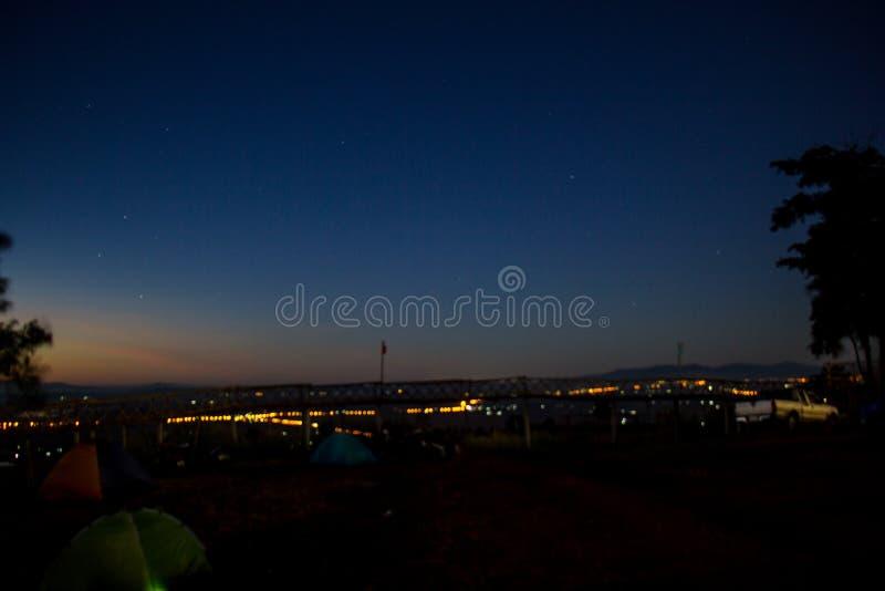 Nächtlicher Himmel und Lichter lizenzfreie stockbilder
