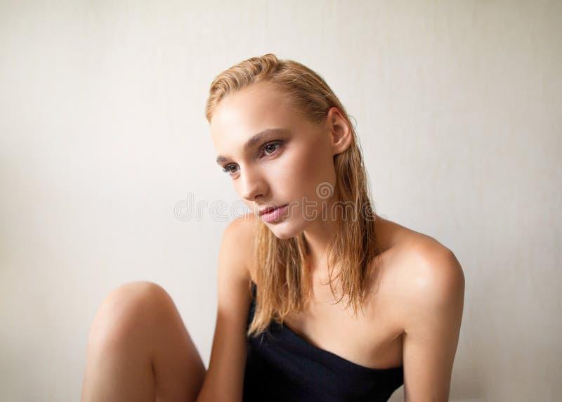 Näck modestående av enhaired flicka fotografering för bildbyråer