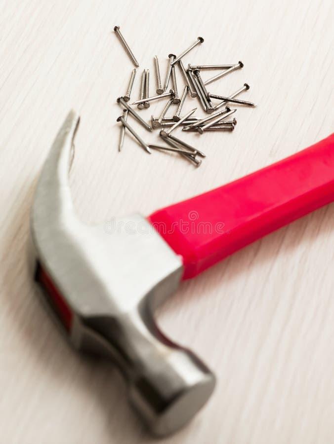 Nägel und Hammer lizenzfreie stockbilder