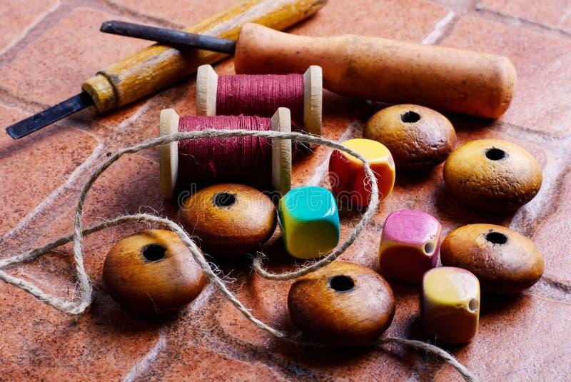 Näharbeit und Perlen stockfoto